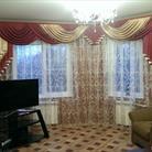 Красные шторы с ламбрекеном в гостиной