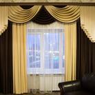 Уютная гостиная с комбинированными шторами и ламбрекеном.