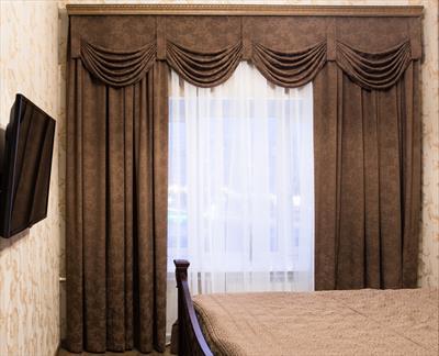 Строгие шторы с цветочным орнаментом в небольшой комнате (классика)