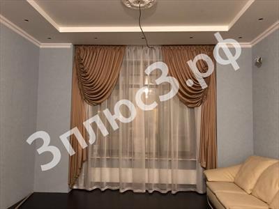 Гостиная с декоративными шторами