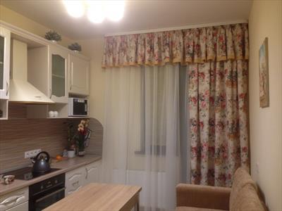 Геометрическое окно на кухне в стиле прованс (деревенский стиль)