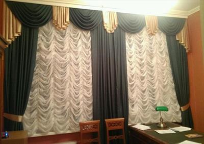 Кабинет с классическими зелеными шторами и французскими шторами «маркизами»