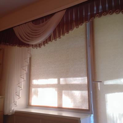 Легкий ламбрекен из вуали и римские шторы на окно и балконную дверь